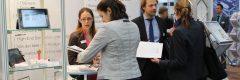 Besucher Dr. Corinna Petsch Dr. Michael Wiehl Messe Compamed 2016 Düsseldorf senetics Erlangen BioLabs Biologisches Testlabor Entwicklung Innovation Factory Ansbach Vitrine