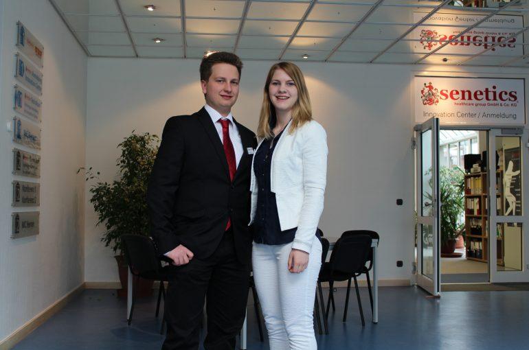Frau Sening und Herr Wachter vor dem Innovation Center von senetics